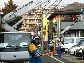 NTT関連の通信ケーブル工事  作業風景